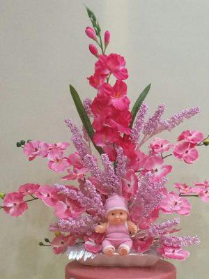 seramik tabakta yapay pembe orkide ,gleyur ve bebek aranmanı