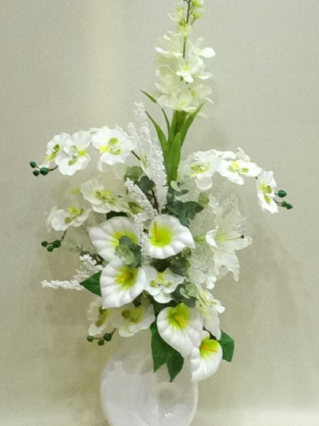 seramik vazoda beyaz yapay orkide ve gala