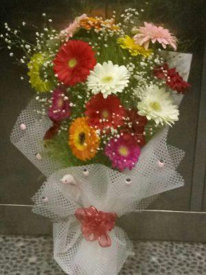 ısparta il merkezi siparişlerinide renkli gerberalardan cipso ve yeşillik kullanılarak hazırlanan buketi yiğitbaşı çiçekçilik teslim eder