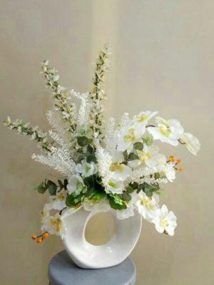 ıspartada seramik vazoda orkide ve bahar dalı