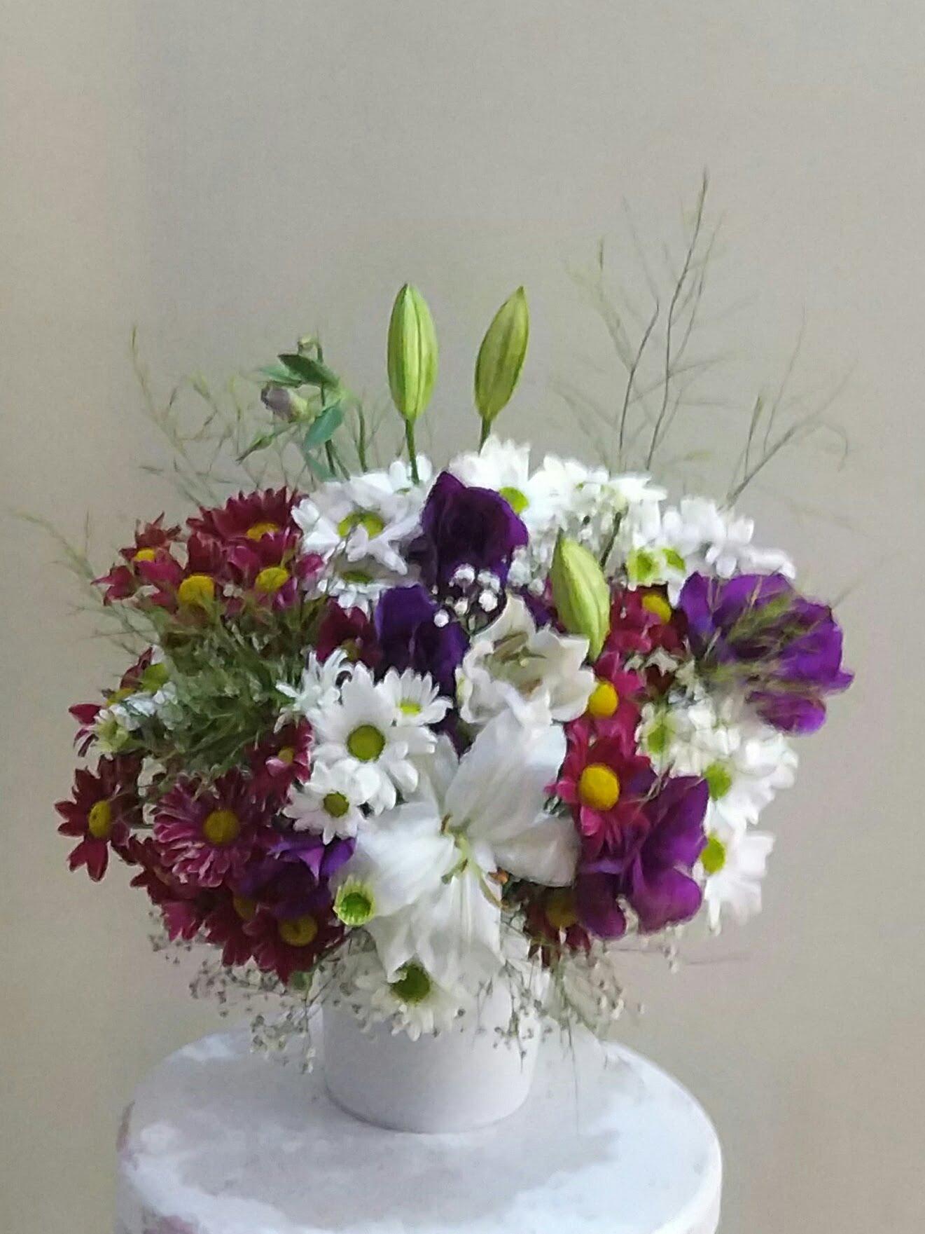 seramik vazoda beyaz papatya renkli mevsim çiçekleri