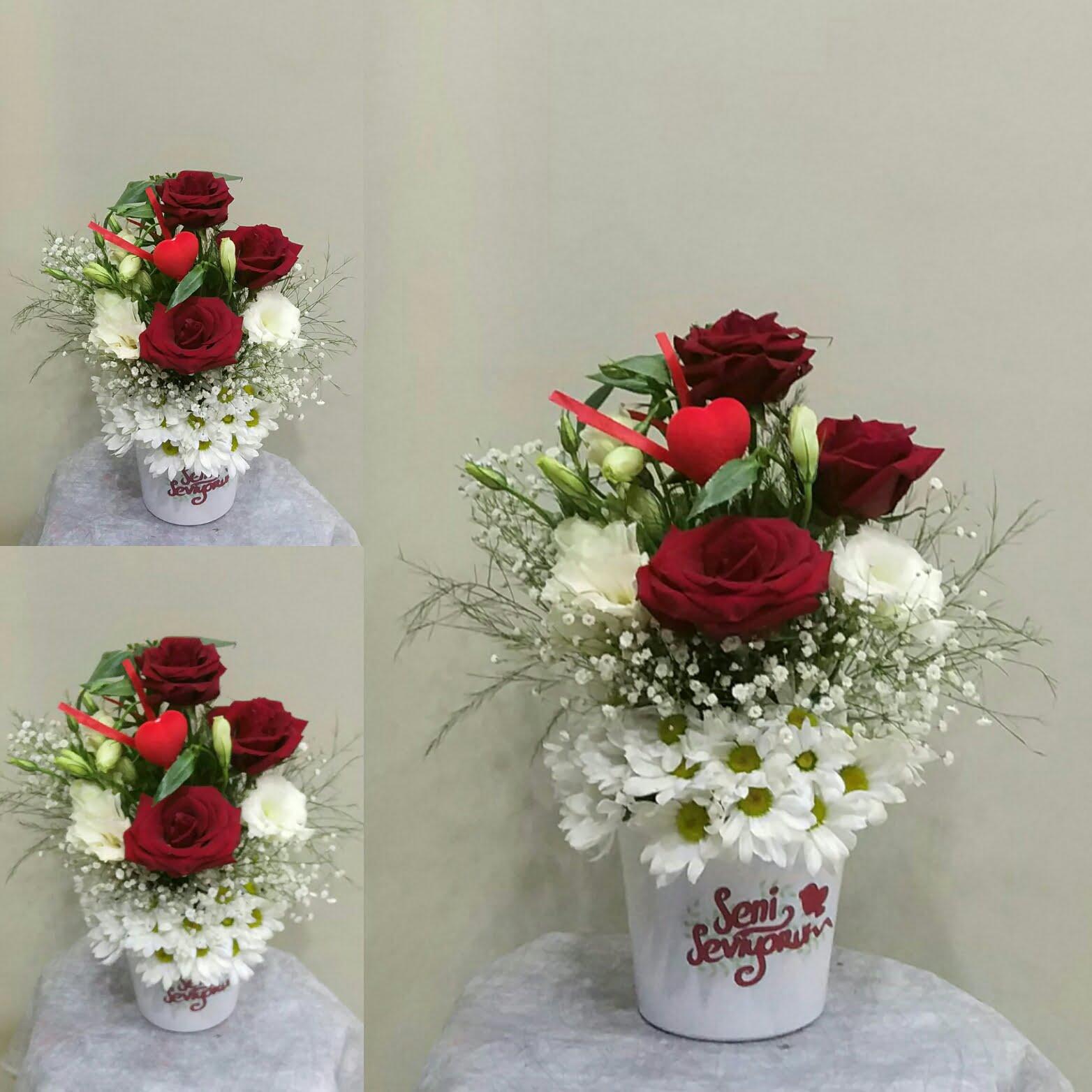 seramik vazoda papatya ve 3 gül ile hazırlana aranjman yiğitbaşı çiçek ısparta tarafında teslim edilir